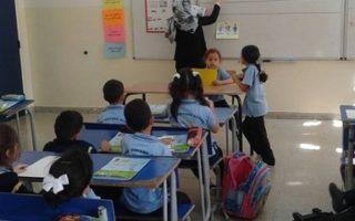 حصة نموذجيه في اللغة العربية وطﻻب الصف اﻻول (ب) والمعلمة الرائعة تقوى بني عطا